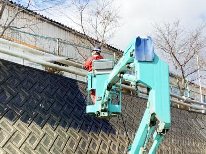 愛知県豊田市での高圧洗浄機による擁壁清掃。ガードレールも清掃