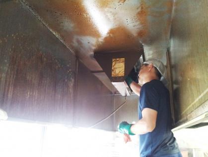 愛知県豊田市において厨房のレンジフードの油汚れを落とす清掃