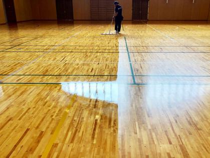 体育館木床フローリング 修繕リフォーム コーティング途中
