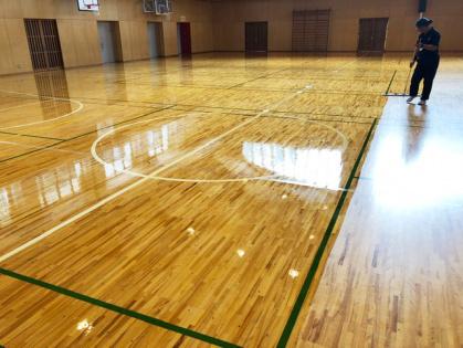 体育館木床フローリング 修繕リフォーム コーティング途中 広範囲