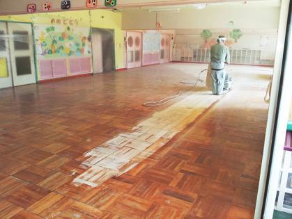 教室フローリング木床 リフォーム 削り始めの全体