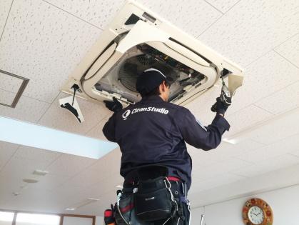 愛知県豊田市のエアコン分解洗浄_天井からはずす