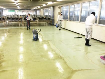 豊田市で清掃する様子:ピータイル(化学床)の清掃